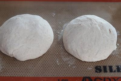 Recouvrir les boules d'un torchon légèrement humide et laisser pousser à nouveau 1h30. Les boules vont à nouveau devenir plus volumineuses.
