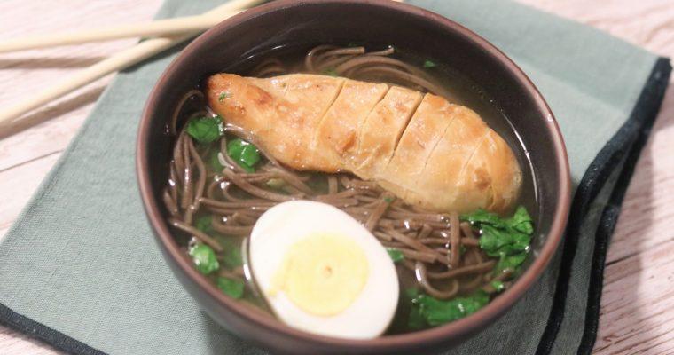 Soupe chinoise au poulet grillé et nouilles soba