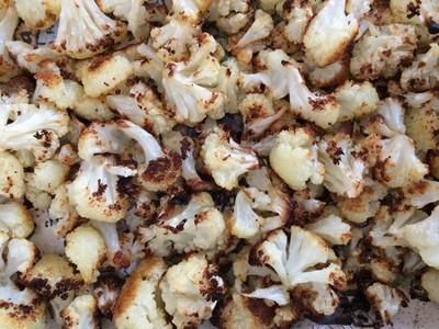 Chou-fleur rôti et salade aux noisettes